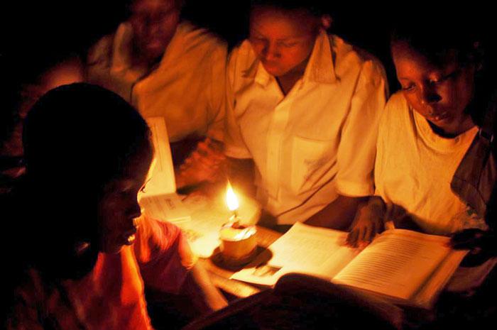 Ludia si svietia petrolejovou lampou, mohli by radsej solarnym LED svietidlom.