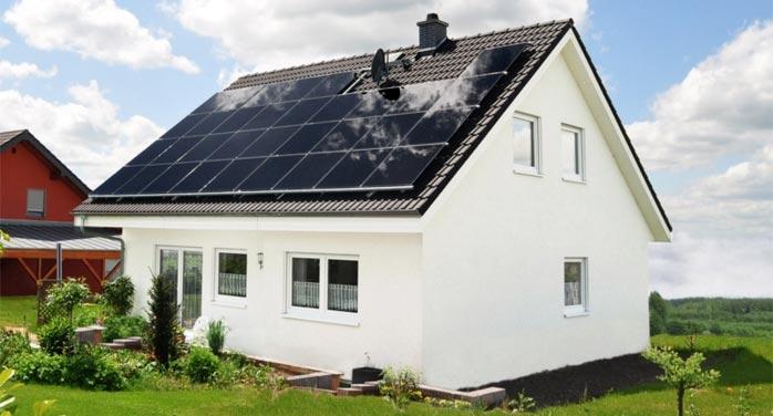Dom s nainštalovanými solárnymi panelmi